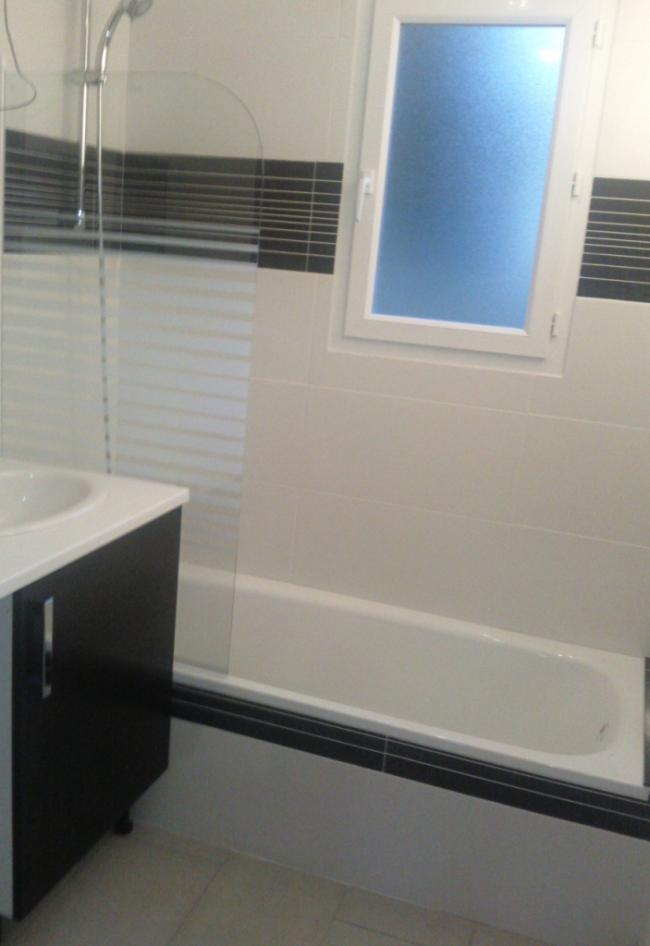 salle de bains avec baignoire vacances entre mer et montagnes votre appartement urrugne. Black Bedroom Furniture Sets. Home Design Ideas